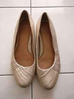 Clarks flats wide fit in light gold