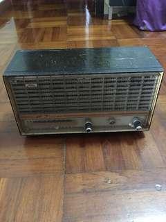 古董東芝Toshiba收音機一部,約60-70年代,收藏左40幾年,好耐冇用,但已入六粒乾電池後確定可以著機及全正常使用,可以收香港AM台及擺設用,只是少了中間按扭制一個,大細聲及選台全正常,珍品!