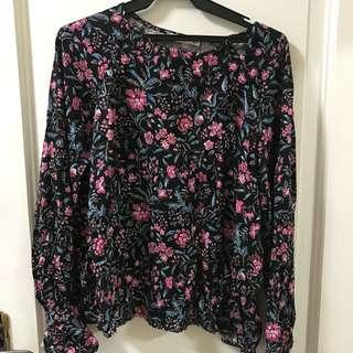 🌟 BRAND NEW Mango black floral top