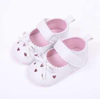 🚚 BN Baby Girl White Heart Crib Shoes/ Mary Janes / Prewalkers 6-18mths! 12 and 13cm!