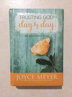 365 Daily DEVOTIONS Trusting God Day by Day