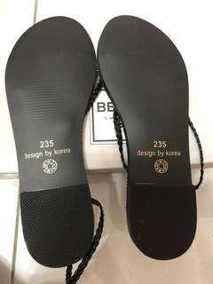 🚚 全新23.5 版型正常 腳掌處還有防震海棉 不是完全硬梆梆的鞋底喔 非常舒適
