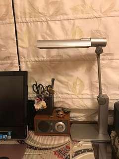 National 多角度書枱燈。燈盤可左右180度調較。上下180度調較。可直立。底座有安全裝置,離枱自動熄燈。