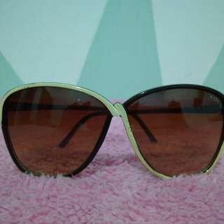 Kacamata Gelap YOI