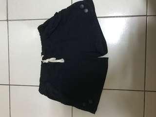 黑色鬆緊帶短褲