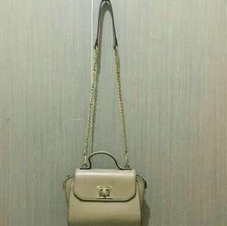 Elizabeth sling bag