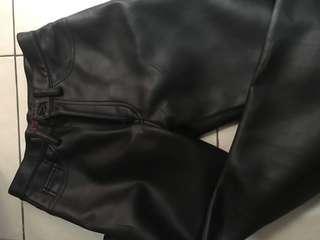 Celana bahan kulit sintetis