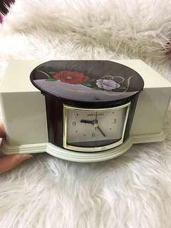 Yumi katsura clock with tissu box
