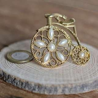 🚚 Pearl and Gold Unicycle Brooch