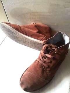 Sepatu toms suede coklat brown