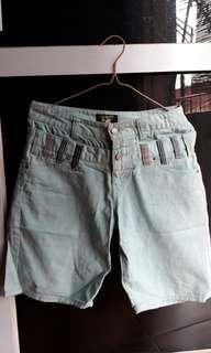 Jeans warna telur asin