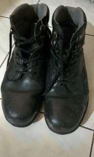 Sepatu Hitam #TIUBL