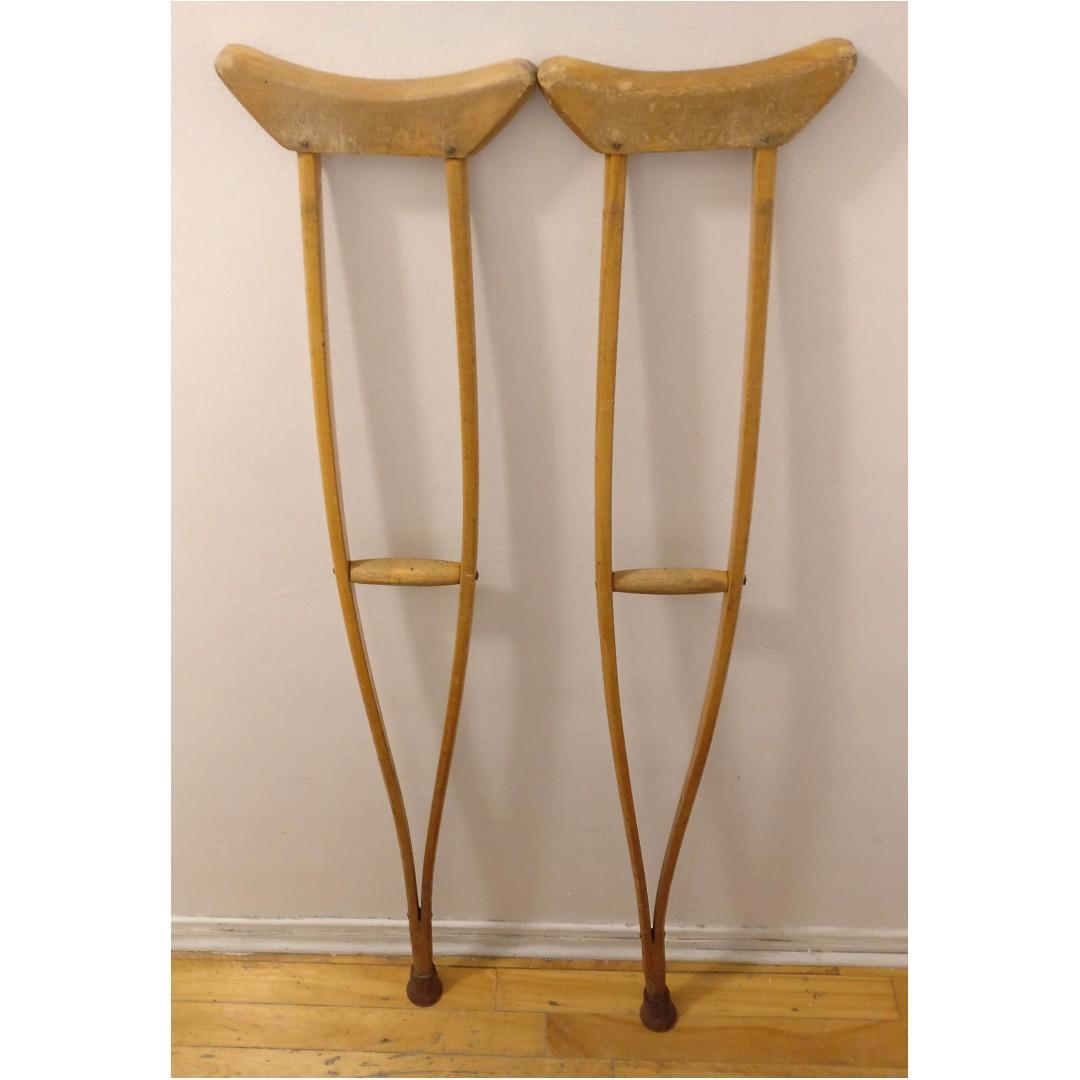 Béquilles vintage en bois / Vintage wooden crutches