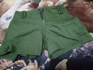 Celana Pendek Hijau Tua