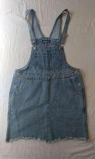 🚚 買就送價低為贈品 。吊帶牛仔短裙臀圍平量34公分