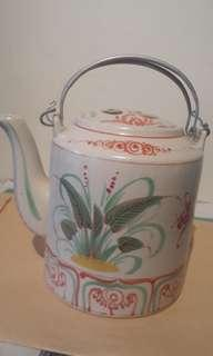 Vintage porseline tea pot with wire handell