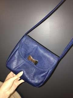 Navy blue side bag with gold bow