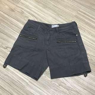 Celana pendek merk EZPRESSO JEANS sz XL. Pinggang 85cm. Panjang celana 39cm. Bisa dilipat keatas.
