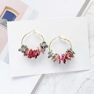 3-05 Beautiful earrings with pink red and grey flowers motifs gold