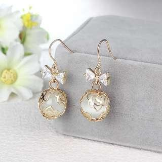 3-08 Beautiful earrings with ribbons and roses motifs gold white stones