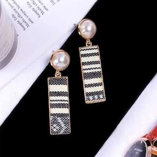 3-09 Beautiful earrings with fabric plate motifs and pearls gold