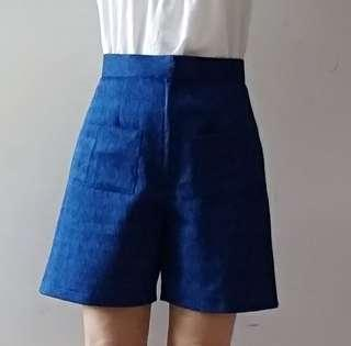 Brand new shorts/Bermudas with pockets.  Waist 70cm, length 44cm