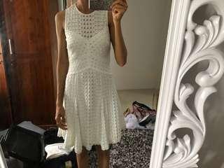 White dress forever new,gak pernah Di pake ya sis cm sudah lepas tag ,In very good condition ,yang biasa pke s or Xs dress ini pas bgt