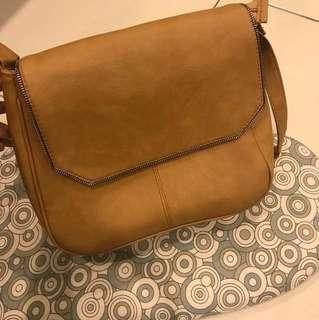 🚚 淺褐色側背包
