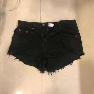 🚚 黑色刷破中腰顯瘦短褲 m