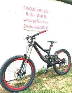 🌟 26er Specialized Demo 8 II Downhill Mountain Bike                                           ( CARBON wheelset + CHRIS KING hubs + TITANIUM Fork )