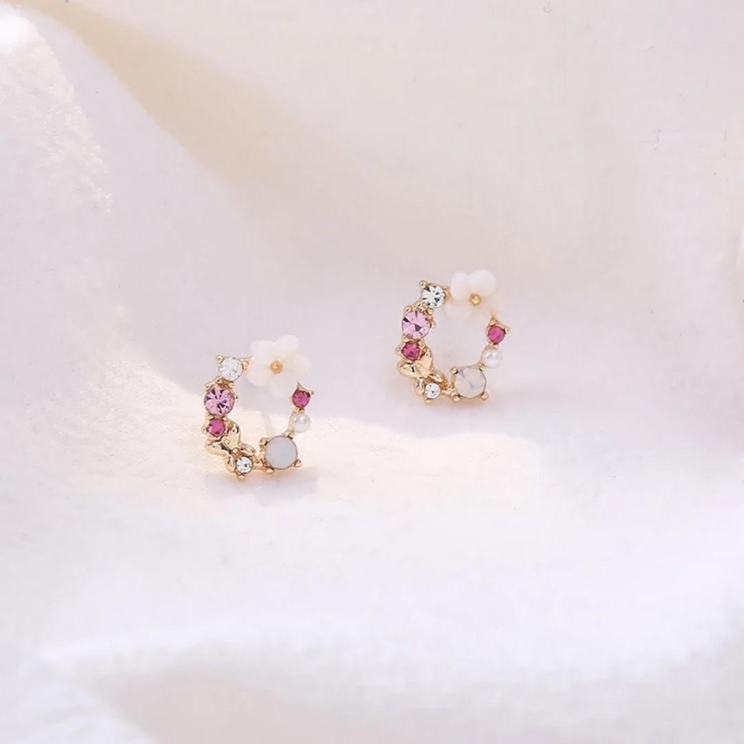 3-03 Beautiful earrings with white flowers motifs stones and pearls gold