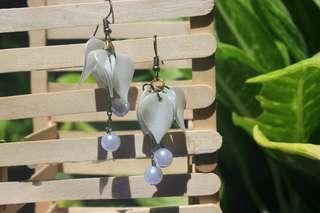 Anting suplir bunga putih (Tethys)