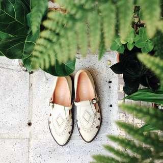 Lamo.3真皮復古民族風森林系米白平底涼鞋
