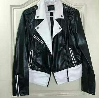 🚚 Guess 夹克。中等大小。