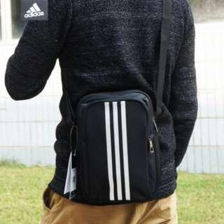 🚚 Adidas 全新 黑色 運動 休閒 肩背包 斜背包 斜肩包 側背包 郵差包 戶外 街頭 旅行 通勤 S02196