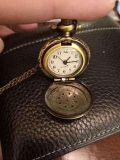 🚚 雕花懷舊小懷錶