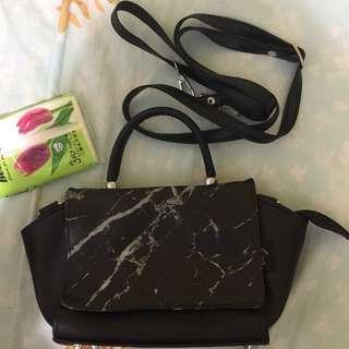 🚚 Marble print black slingbag