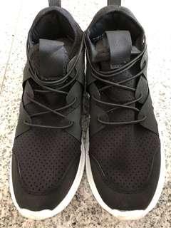 Pretty Fit Black Sneaker