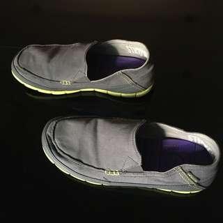 🚚 crocs 深灰色帆布鞋。10  (超厚軟墊)