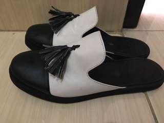 Sandal selop hitam putih