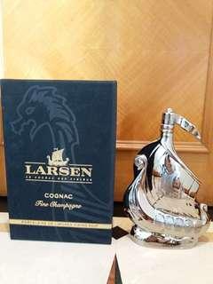 罕有銀色連盒 Larsen 40% 70cl Cognac Brandy 帆船瓷瓶干邑拔蘭地
