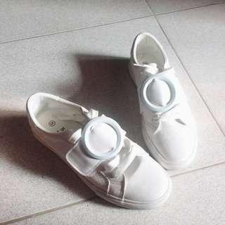 sepatu sneakers putih like STARDIVARIUS