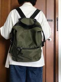 軍綠色後背包