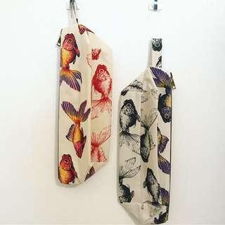 荷蘭設計師Cristjen人手上色金魚袋🎨Pencil Case/Cosmestics Bag 💼   🐠每個袋獨一無二,同款袋Pattern及顏色不一樣 🐬人手上顏色 🐋每隻顏色需時14天時間乾,絕對手作功夫 🐠size : 31cm x 14.5 x 13.5cm