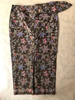 (S/M) Traditional Chinoiserie Navy floral 3/4 batik skirt