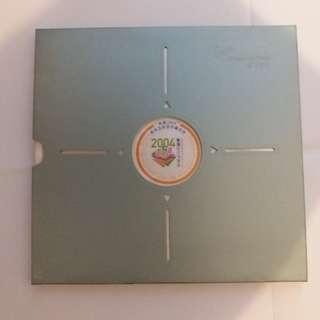 """【興趣收藏】""""香港2004""""郵票及鈔票珍藏套摺"""