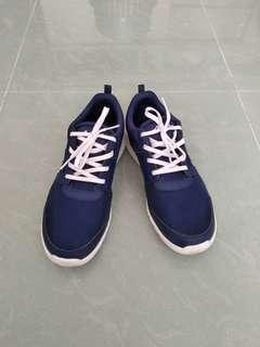 Blue sports shoes 藍色健步鞋