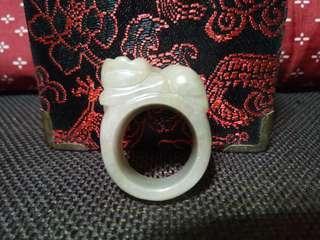 天然貔貅翡翠玉戒附錦盒(直徑約2.2公分)