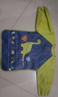 Alas makan supaya baju anak tidak kotor.. di pakai seperti memakai baju jadi anak tidak tarik2 seperti pakai bip
