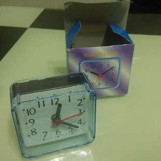 鬧鐘     alarm clock